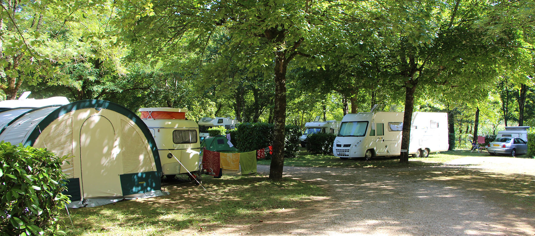 Shaded accommodation for camper vans in the Lot